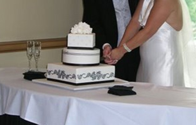 Cake cutting - Talk Sweet to Me - talksweettome.com