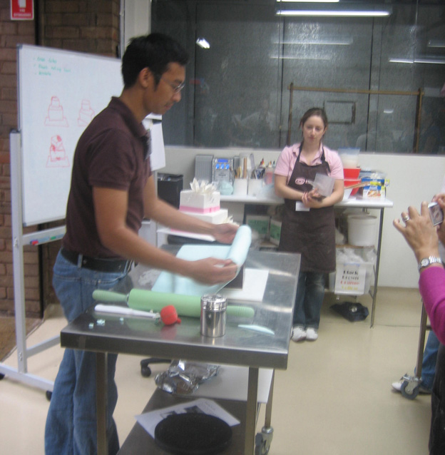 Handi covering cake demonstration - Talk Sweet to Me